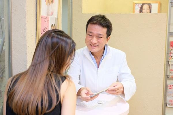 芸能人の白い歯治療カウンセリング風景