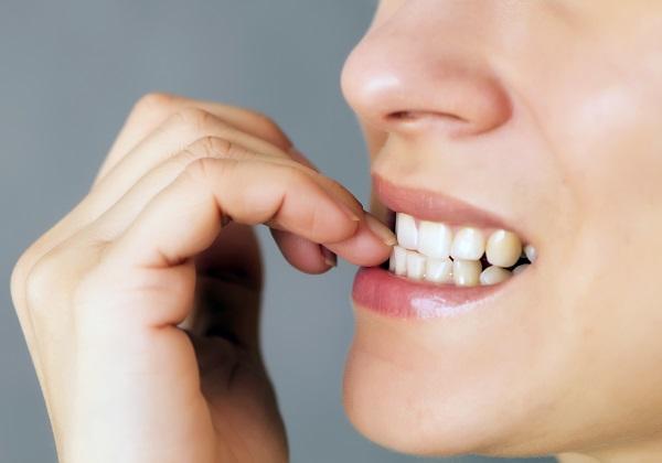 爪を噛む癖による上顎前突の悪化